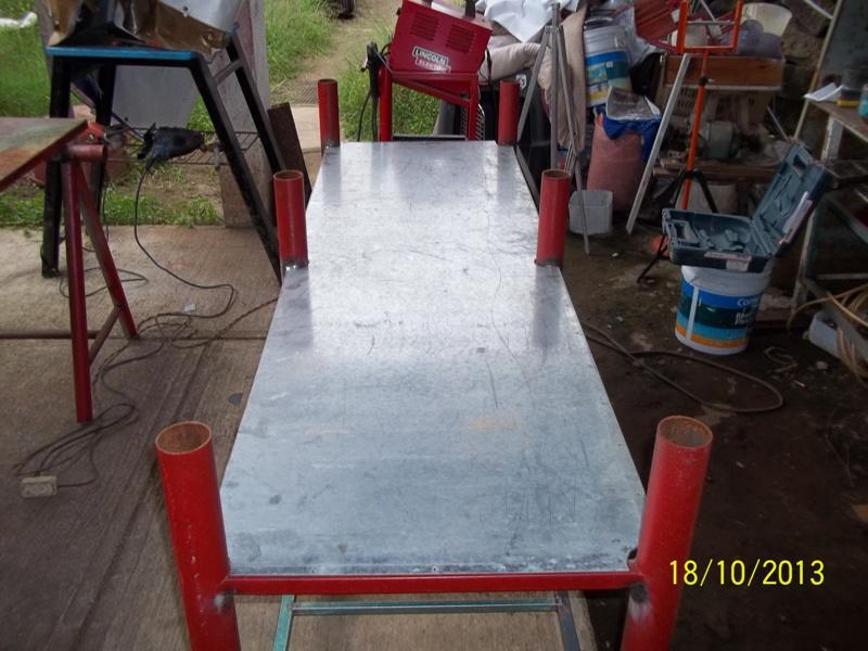 Mesa metálica de trabajo hecha toda con material reciclado. Ncgmy9