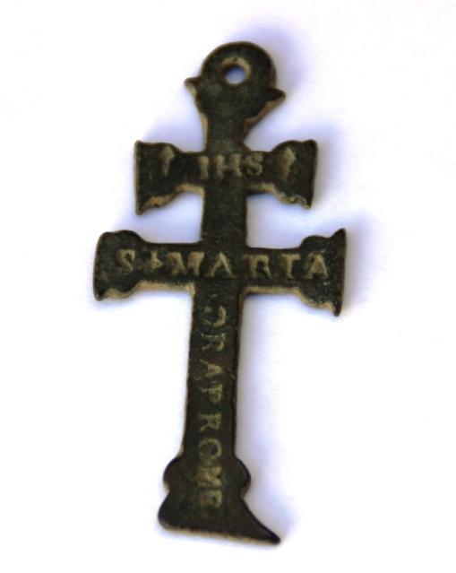 Cruz de Caravaca con  inscripción  IHS / S. MARIA, S. XVII 287emmv