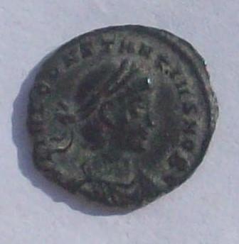 AE4 de Constancio II. GLOR-IA EXERC-ITVS. Un estandarte entre dos soldados. Ceca Constantinópolis. 2qb9jwn