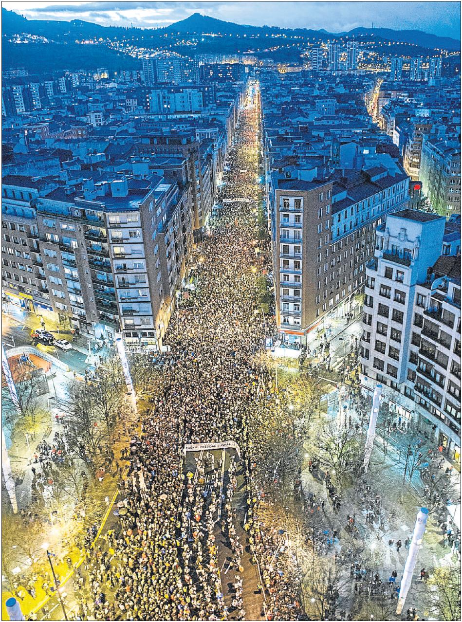 """Euskal Herria: Una multitud exige """"respeto a los derechos"""" de presos y exiliados. [vídeo] - Página 2 O6du6w"""
