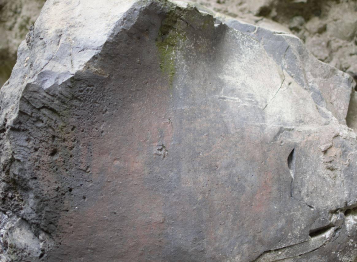 Símbolos descubiertos con luz ultravioleta Zjgzrq