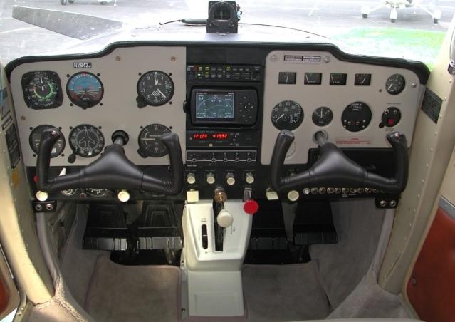 Cockpit baseado no Cessna 150/152 117h652