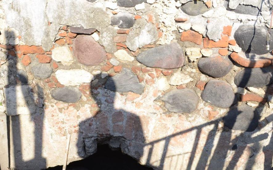 bóveda descubierta debajo de un puente 21n1j49