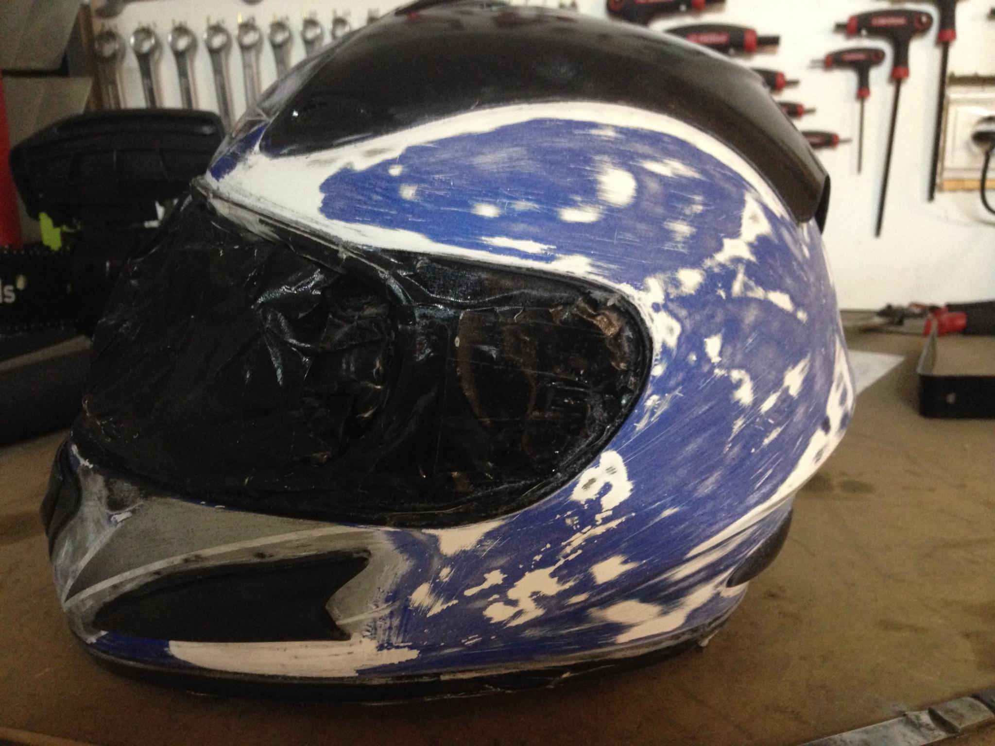 Autocolantes na moto/capacete  2v7z7kg