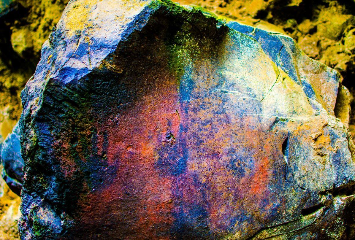 Símbolos descubiertos con luz ultravioleta 359frqg