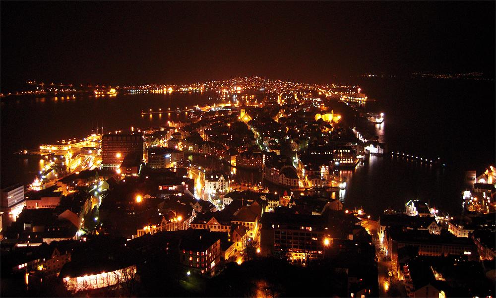 Роскошные пейзажи Норвегии - Страница 39 Alesund_at_night_by_riiaaa