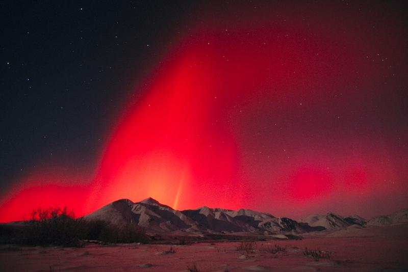 Polarna svetlost - Page 5 Red-aurora-borealis-over-brooks-range-in-arctic-refuge-2001