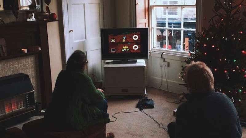 Há 18 anos um casal de idosos decidem no Mario Kart quem vai fazer o chá. Idosos