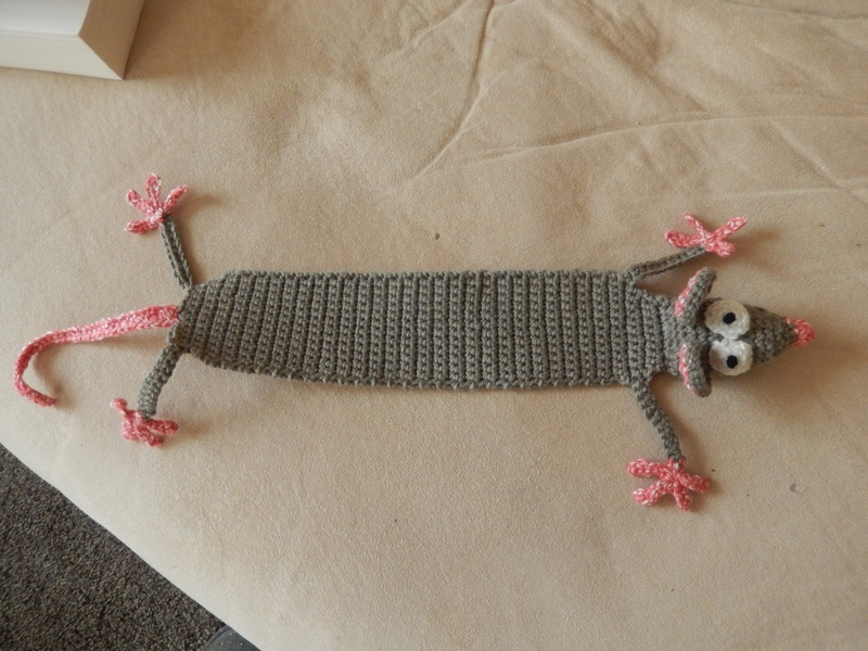 "Amigurumi Crochet Rat Bookmark – ""Book-Rat"" – Supergurumi 