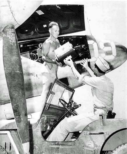 Hughes XF-11 (1/72, Anigrand) - Page 3 Camera-loading-small