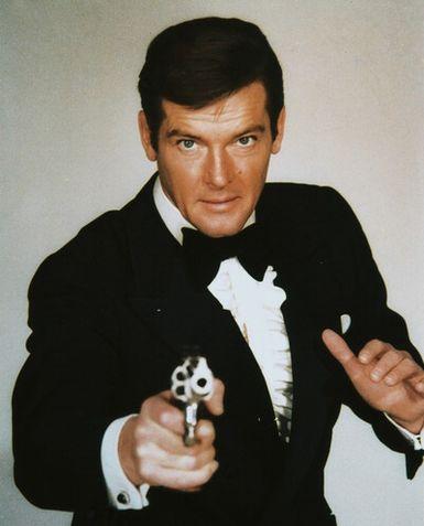 James Bond : livres et films Roger-moore-james-bond-photograph-c10102569