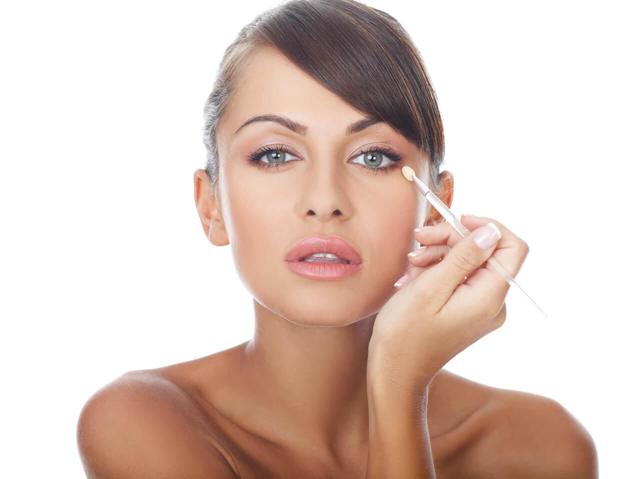 Što misliš da sada radi osoba iznad prikaži slikom Woman-applying-makeup1