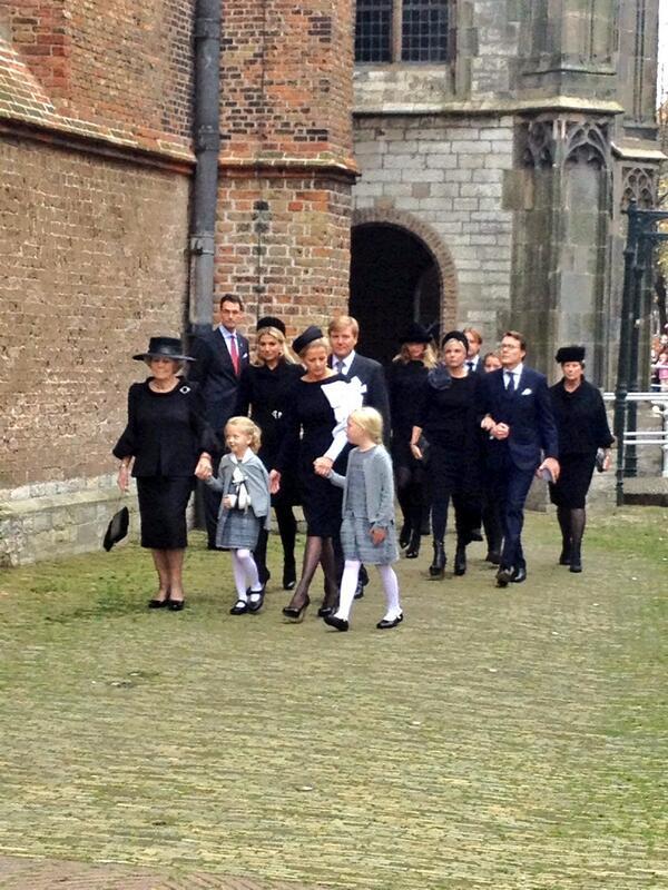 La reina Beatrix y su familia - Página 4 BYEcZOCIQAAW9_c