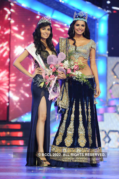 Official Thread of MISS WORLD 2011 - Ivian Sarcos - Venezuela - Page 4 Vanya-Mishra-Miss-India-World-2012-poses-with-former-Miss-World-Ivian-Lunasol-Sarcos-Colimenares-during-Pantaloons-Femina-Miss-India-2012