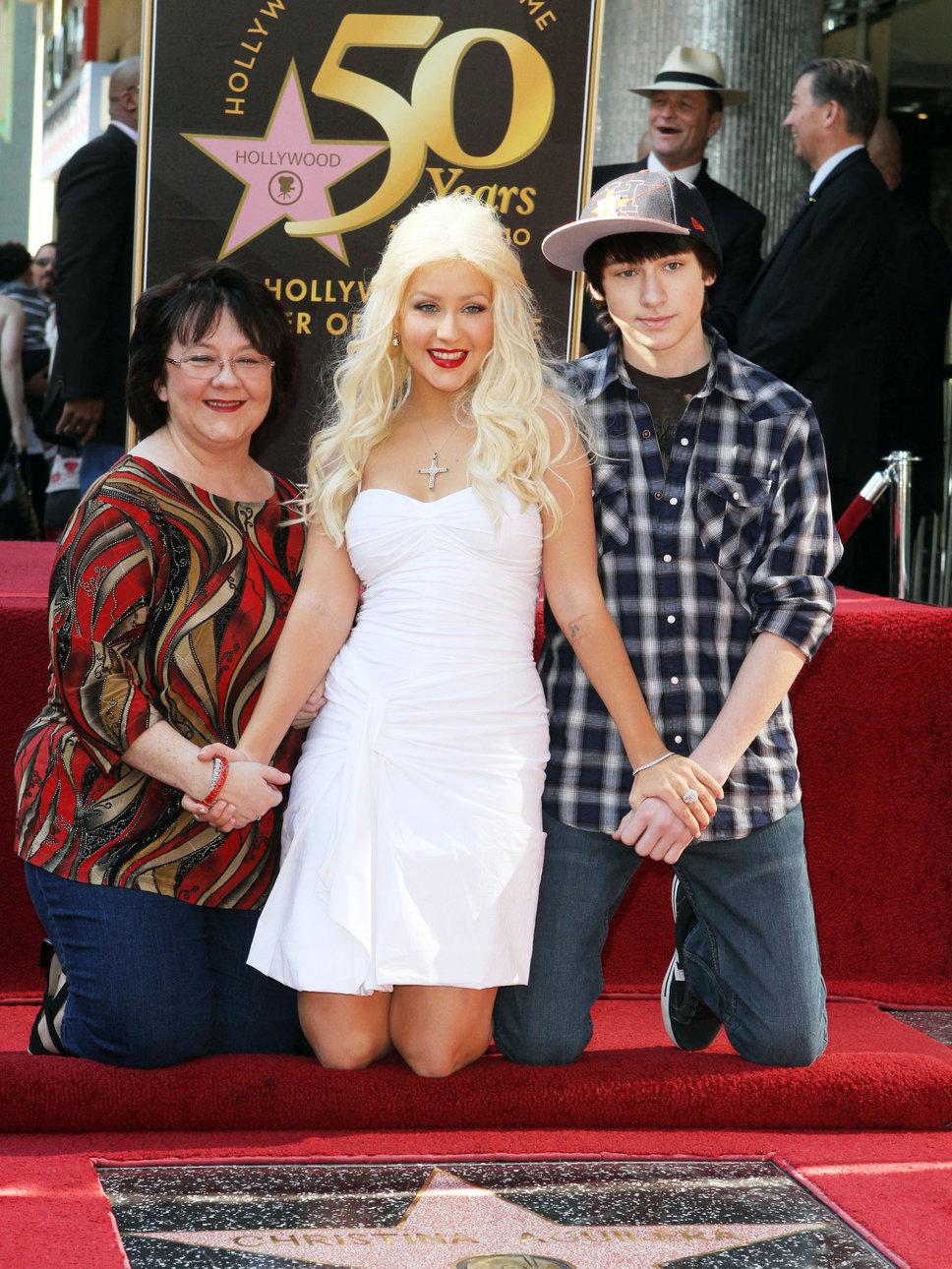 [Fotos+Video] Christina Aguilera y su Hermano yendo de Compras a Fred Segal (30/Mar/12) Christina_aguilera_c_with_mo
