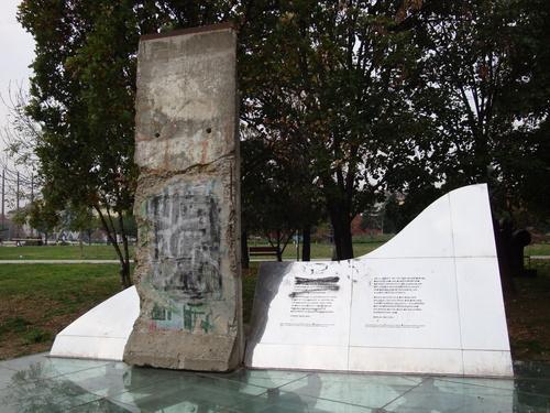 25ème anniversaire de la chute du Mur de Berlin : pans du Mur de Berlin disséminés sur la planète - Page 2 66_big