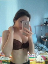 A young girl takes pictures of herself naked at home    Юная девочка фотографирует себя голой дома 1053505-thumb