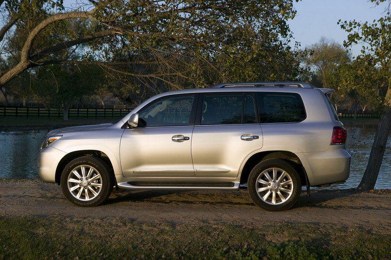 تقرير كامل عن السيارة لكزس lx 570 بالصووووووووووووووور 2010-lexus-lx570-24_800x0w