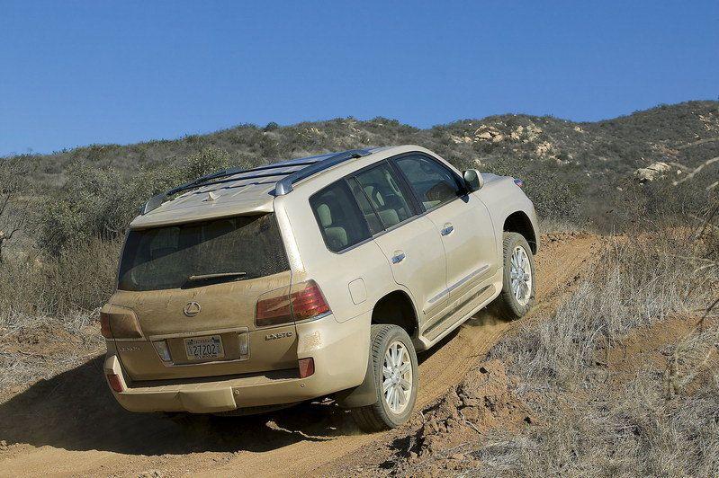تقرير كامل عن السيارة لكزس lx 570 بالصووووووووووووووور 2010-lexus-lx570-48_800x0w