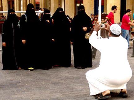 Le christ pleure sur le pape. - Page 12 Niqab_photographe