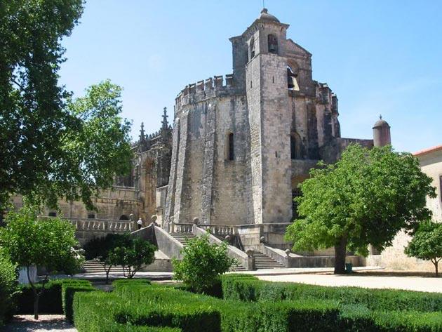 Dvorci koje verovatno nikada nećete posedovati - Page 4 Convento-de-Cristo-1