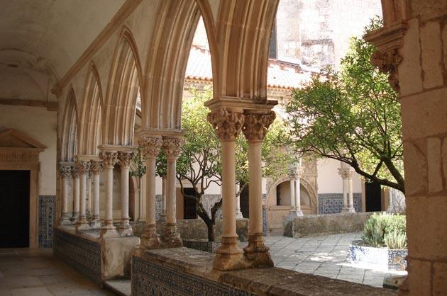 Dvorci koje verovatno nikada nećete posedovati - Page 4 Convento-de-Cristo-6