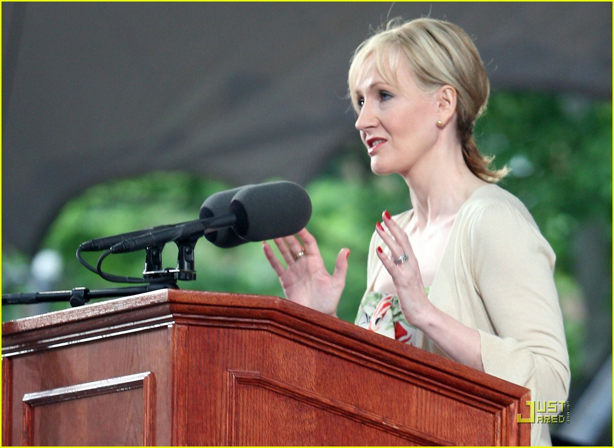 J.K. Rowling: the hands & handprints of the UK author! (Harry Potter) Jk-rowling-harvard-commencement-02