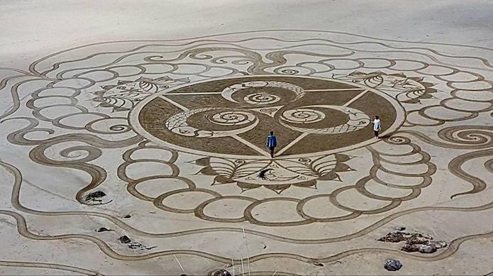 Les somptueux et gigantesques mandalas d'Émilie Vincent Emilie-vincent-mandala-sable-plage-16