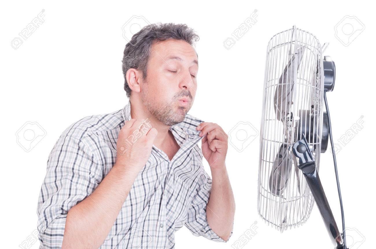 ¿Qué es lo más importante hoy para ti? 43028952-Hombre-sudoroso-abriendo-camisa-en-frente-de-ventilador-de-refrigeraci-n-como-refrescante-en-concept-Foto-de-archivo