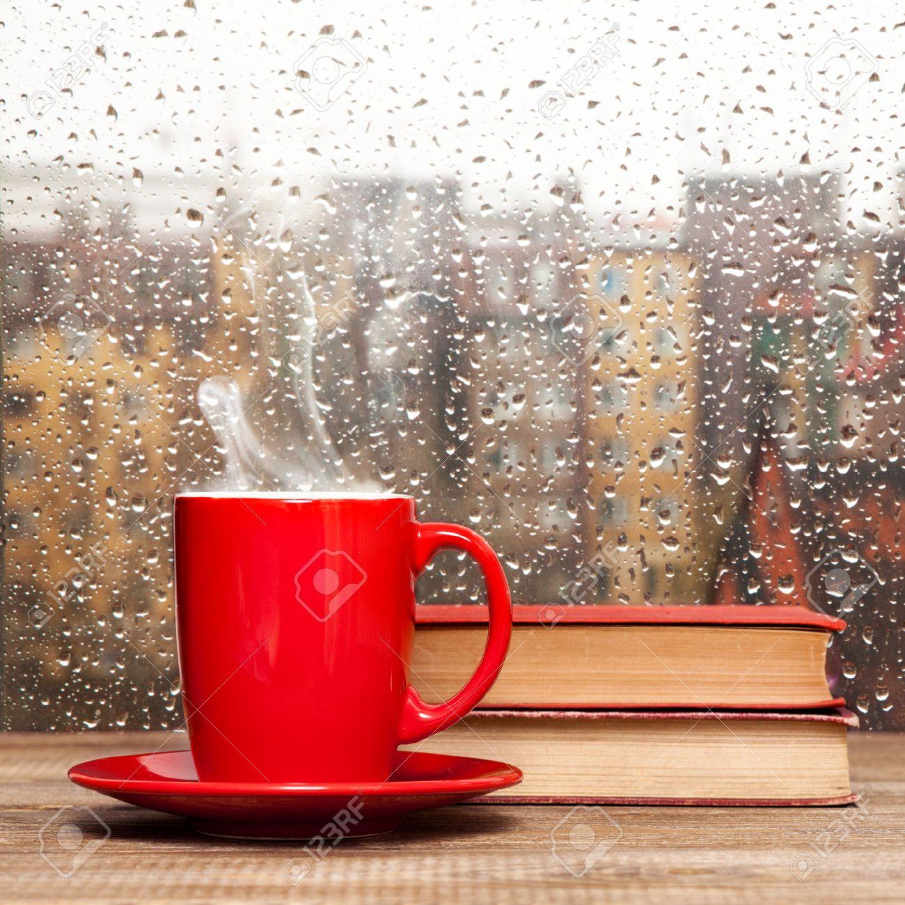 Bienvenidos al nuevo foro de apoyo a Noe #315 / 04.04.16 ~ 10.04.16 - Página 40 29283709-Cocer-al-vapor-la-taza-de-caf-en-una-ventana-de-fondo-d-a-de-lluvia-Foto-de-archivo