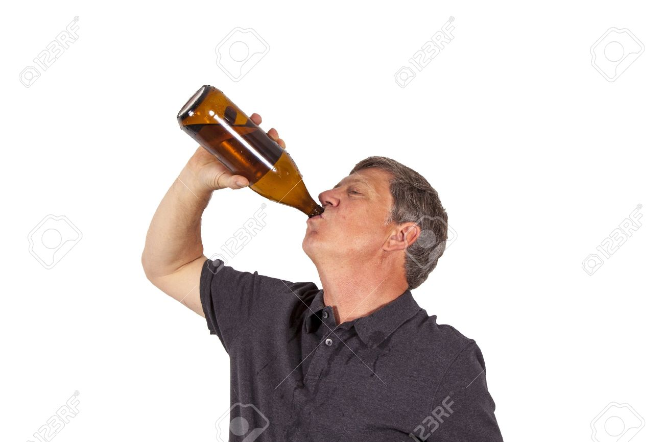 Što misliš da sada radi osoba iznad prikaži slikom 13510782-man-drinking-out-of-a-bottle-Stock-Photo-beer