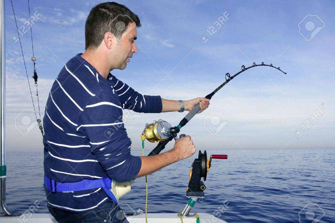 Long Range Thread 13.0 - Page 5 6524938-Angler-fisherman-fighting-big-fish-rod-and-reel-saltwater-ocean-Stock-Photo