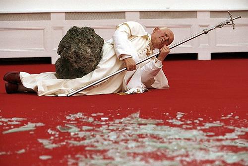 Election du nouveau pape : La cométe PANSTARR est bien un signe destiné à leurrer les fidéles  La-nona-ora-maurizio-cattelan