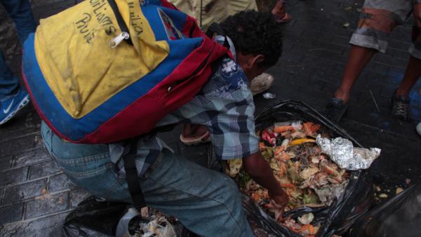 Venezuela crisis economica - Página 39 Brasile%C3%B1o-venezolanos-comiendo-basura