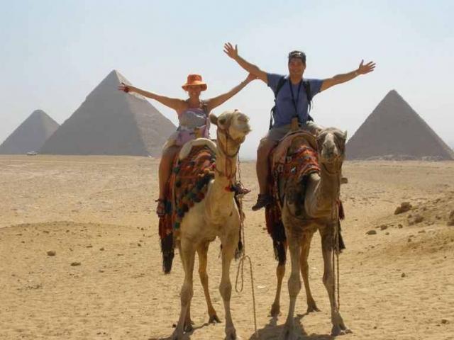 Ghosts of the pyramid - البوابة Camel-ride-pyramids-2