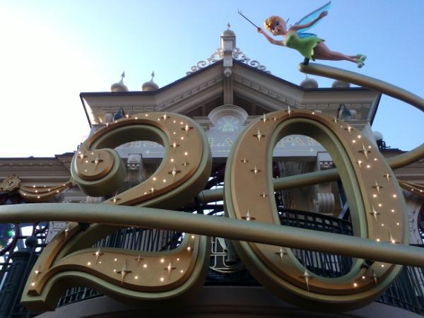 Le 20ème anniversaire de Disneyland paris  - Page 38 Ao2X8k6CQAE7jNb