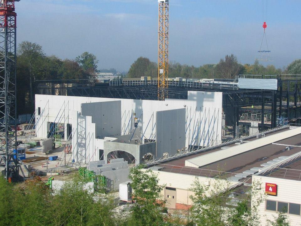 """Construction du Dark Ride  """"Ratatouille - L'Aventure Totalement Toquée de Rémy """"pour 2014 384843_4068096455841_1271706666_n"""