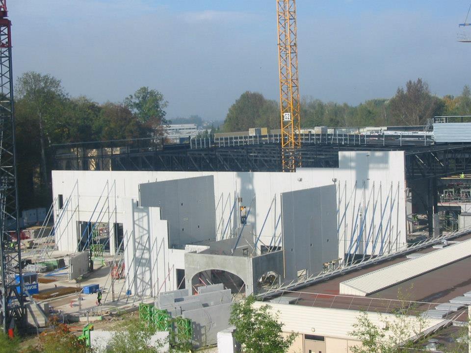"""Construction du Dark Ride  """"Ratatouille - L'Aventure Totalement Toquée de Rémy """"pour 2014 425830_4068096255836_1292633207_n"""