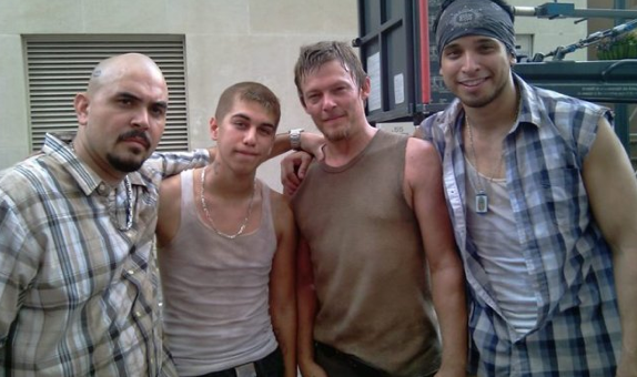 The Walking Dead [ Todo sobre la serie ] Anthony-Guajardo-on-the-set-of-The-Walking-Dead-with-Noel-Gugliemi-and-Norman-Reedus