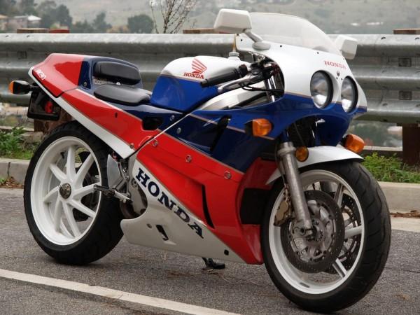 O que é feito da RC 45? Honda-RC-30-right-side-angle-view1-600x450