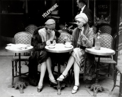 TASSES DE CAFE - Page 6 Women-sitting-at-a-cafe-terrace