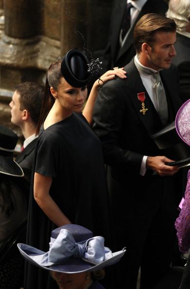 Королевская свадьба: Как Британия нарядилась к торжеству - Страница 2 Shlapki_na_korolevskoy_svadbe_ke_readmas.ru_03