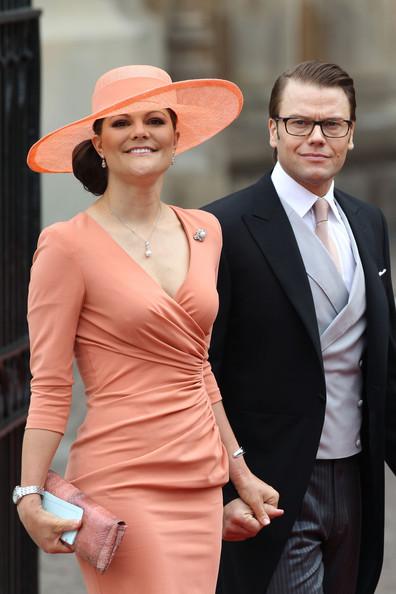 Королевская свадьба: Как Британия нарядилась к торжеству - Страница 2 Shlapki_na_korolevskoy_svadbe_ke_readmas.ru_04