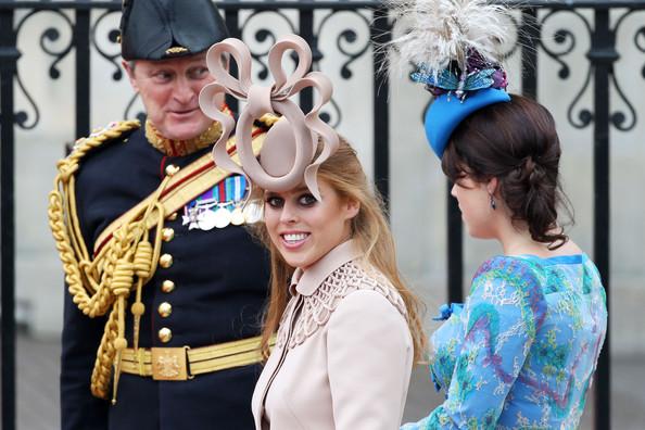 Королевская свадьба: Как Британия нарядилась к торжеству - Страница 2 Shlapki_na_korolevskoy_svadbe_ke_readmas.ru_05
