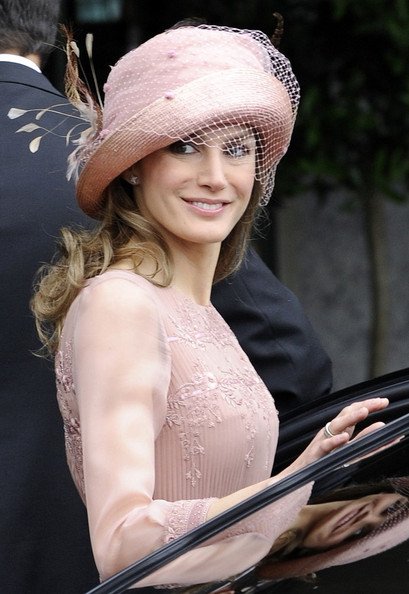 Королевская свадьба: Как Британия нарядилась к торжеству - Страница 2 Shlapki_na_korolevskoy_svadbe_ke_readmas.ru_08