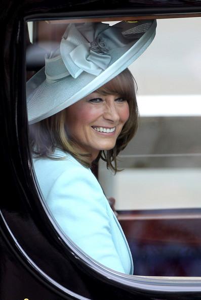 Королевская свадьба: Как Британия нарядилась к торжеству - Страница 2 Shlapki_na_korolevskoy_svadbe_ke_readmas.ru_09