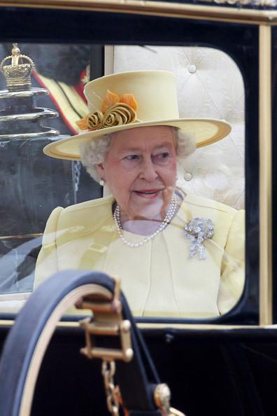Королевская свадьба: Как Британия нарядилась к торжеству - Страница 2 Shlapki_na_korolevskoy_svadbe_ke_readmas.ru_10