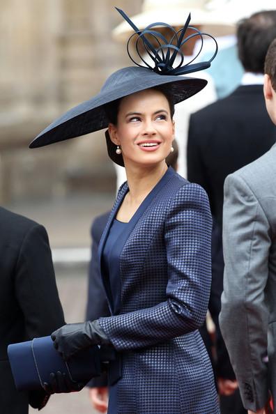 Королевская свадьба: Как Британия нарядилась к торжеству - Страница 2 Shlapki_na_korolevskoy_svadbe_ke_readmas.ru_11