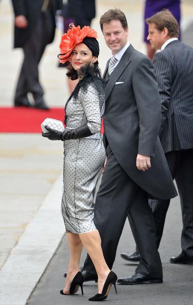 Королевская свадьба: Как Британия нарядилась к торжеству - Страница 2 Shlapki_na_korolevskoy_svadbe_ke_readmas.ru_12