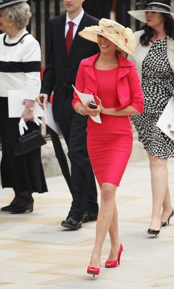 Королевская свадьба: Как Британия нарядилась к торжеству - Страница 2 Shlapki_na_korolevskoy_svadbe_ke_readmas.ru_13